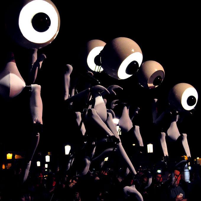 Close-Act Theatre makes street-theatre spectacles for festivals and events. With stilts, mobile objects and beautiful costumes we create an imaginary world for you to enjoy. Le théâtre Close-Act crée des spectacles de théâtre de rue pour les festivals et les événements. Avec des échasses, des objets mobiles et de beaux costumes, nous créons un monde imaginaire dont vous pourrez profiter. Close-Act Theatre hace espectáculos de teatro callejero para festivales y eventos. Con zancos, objetos móviles y hermosos trajes, creamos un mundo imaginario para que disfrutes.